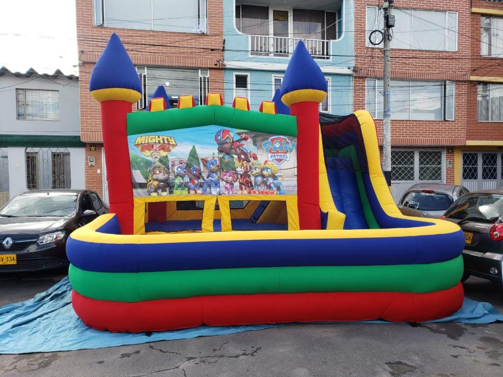 Castillo inflable con piscina de pelotas