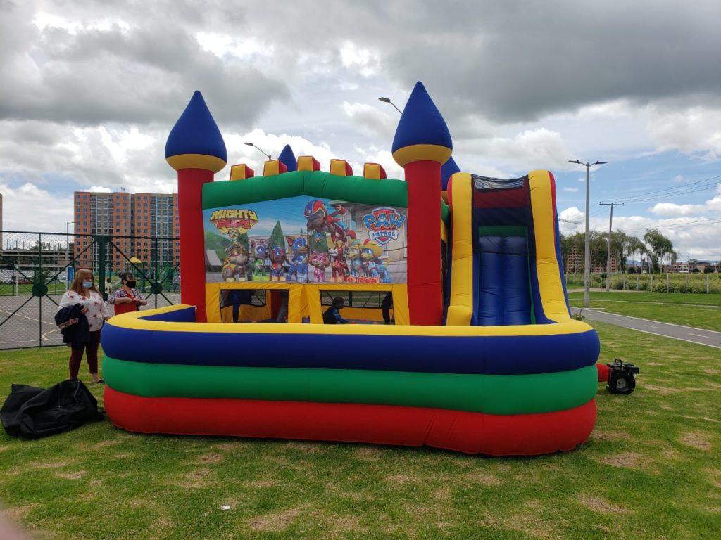 castillo inflable con tobogan y piscina de pelotas
