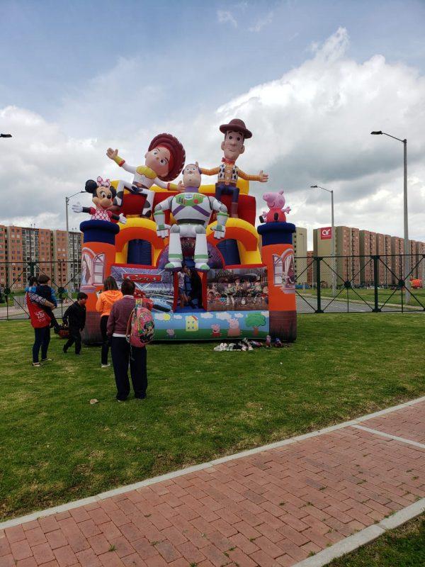 tobogán inflable 5 muñecos