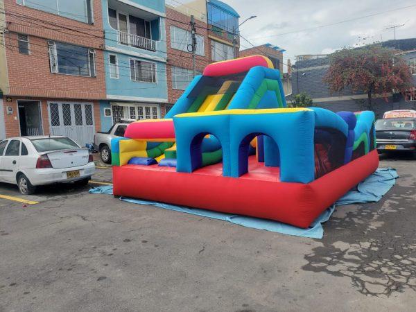 castillo inflable con obstáculos